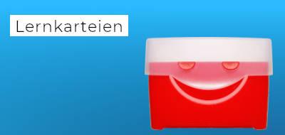 """blauer Hintergrund mit der Aufschrift """"Lernkarteien"""", daneben eine rote Lernkartei"""