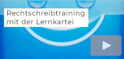 """ein Ausschnitt einer blauen Lernkartei, darauf der Text """"Rechtschreibtraining mit der Lernkartei"""", daneben ein Symbol für Videos"""